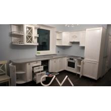 Кухня угловая в классическом стиле с крашенными фасадами
